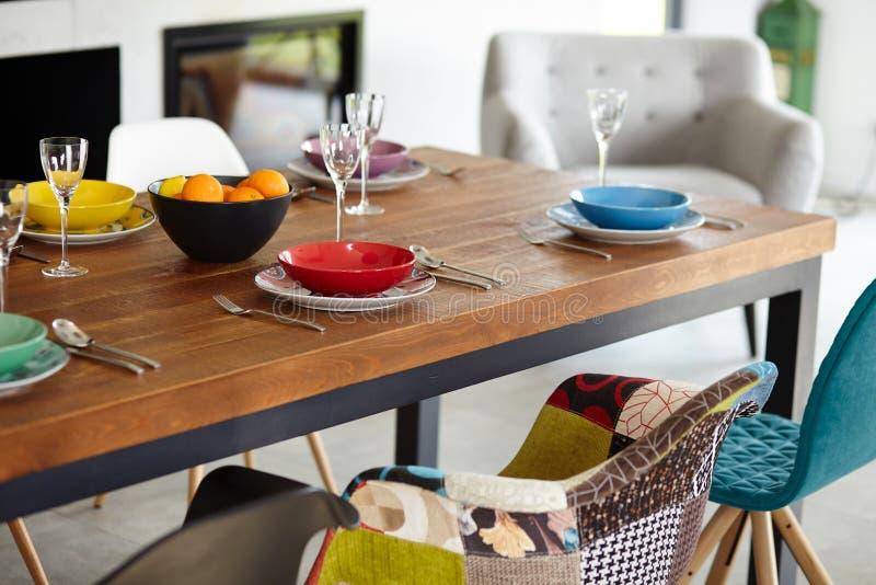 Современная столовая с обеденным столом стоковое изображение