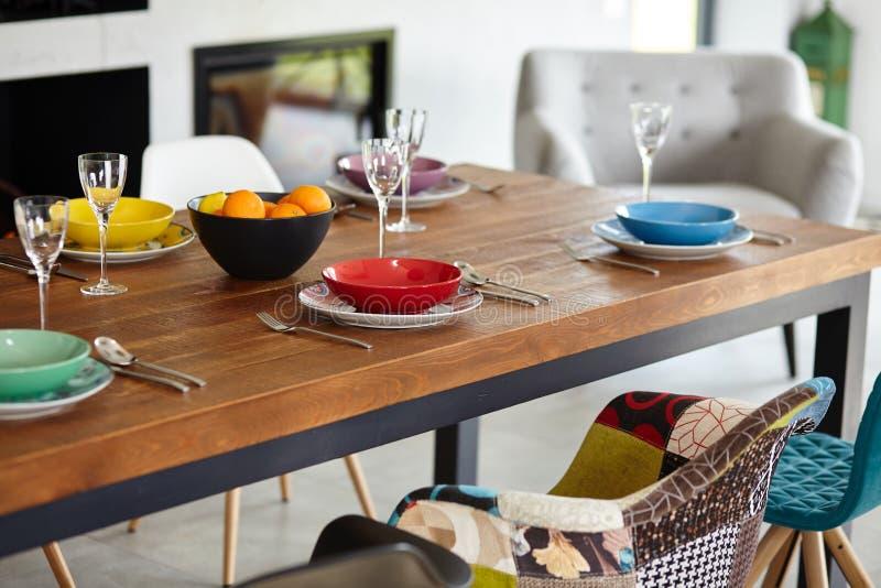 Современная столовая с обеденным столом стоковые изображения