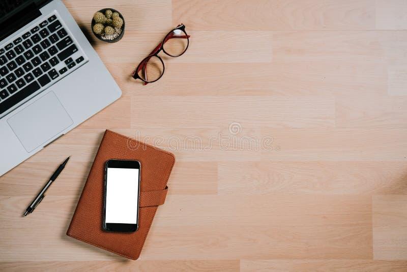Современная таблица стола офиса с компьтер-книжкой, телефоном пустого экрана умным стоковое изображение