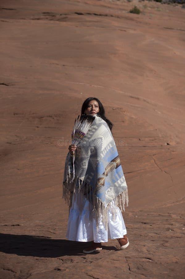 Современная традиционная женщина коренного американца стоковые фото