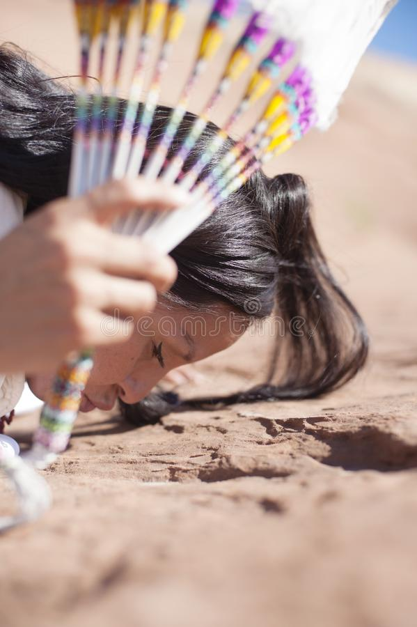 Современная традиционная женщина коренного американца стоковые изображения