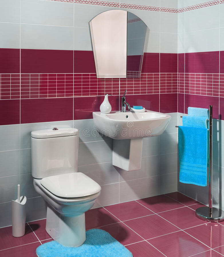 Современная уютная ванная комната с красным цветом стоковое изображение