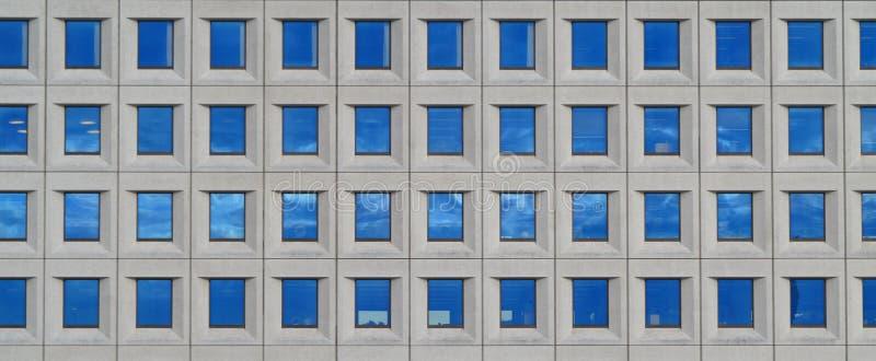 Download Современная футуристическая организация бизнеса в городе Стоковое Фото - изображение насчитывающей городск, backhoe: 33735836