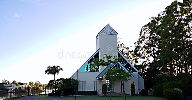Современная церковь на святыне восхода солнца в затыловке естественной обстановки и голубого неба стоковые фото