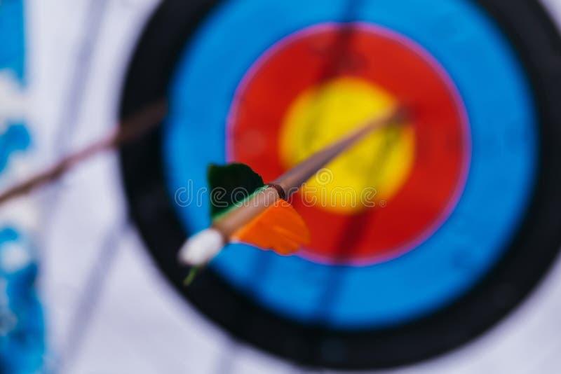 Современная цель удара стрелки стоковое фото