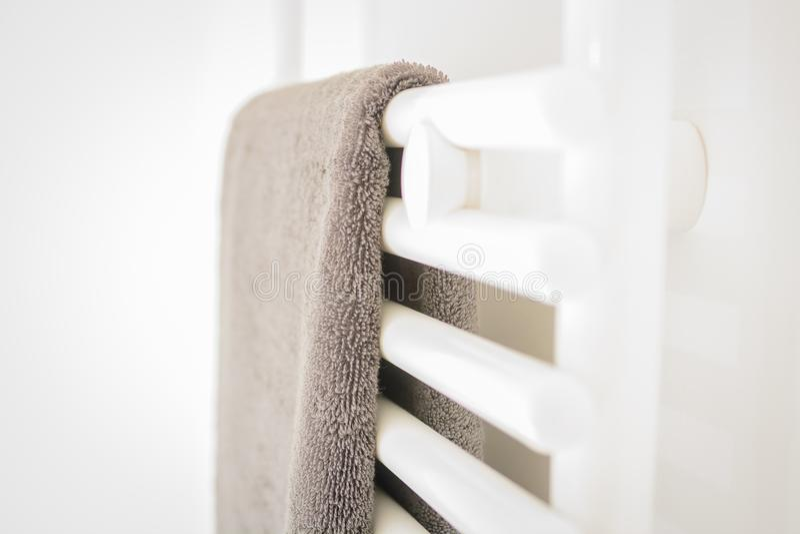 Современная чистая белая ванная комната - полотенце и топление стоковые изображения