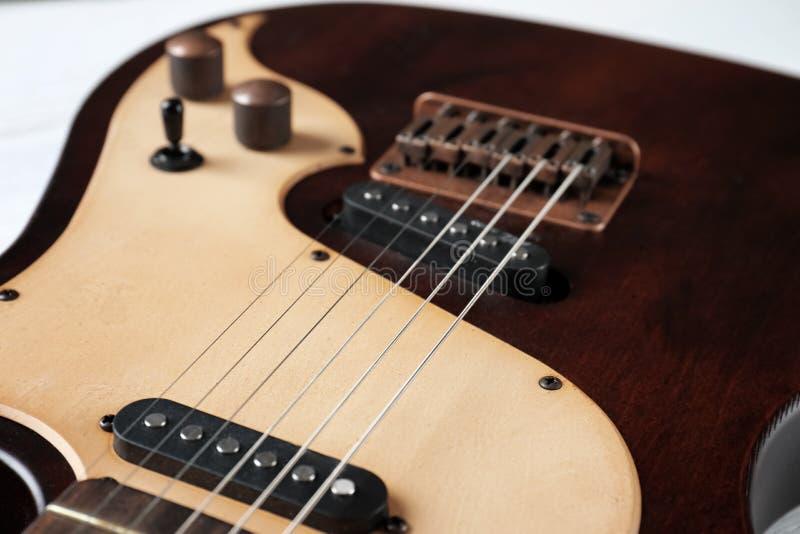 Современная электрическая гитара, взгляд на теле со строками стоковые фотографии rf