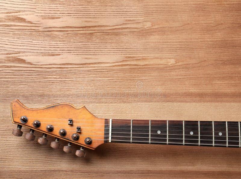 Современная электрическая гитара на деревянной предпосылке, взгляде сверху стоковое фото rf