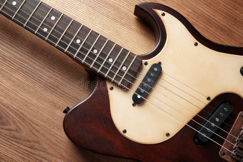 Современная электрическая гитара на деревянной предпосылке, взгляде сверху стоковое изображение rf