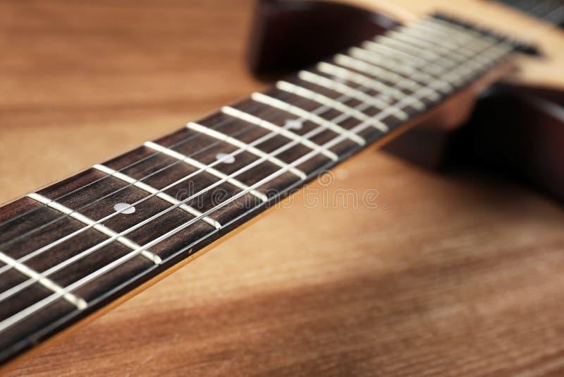 Современная электрическая гитара на деревянной предпосылке, шеи со строками стоковые изображения