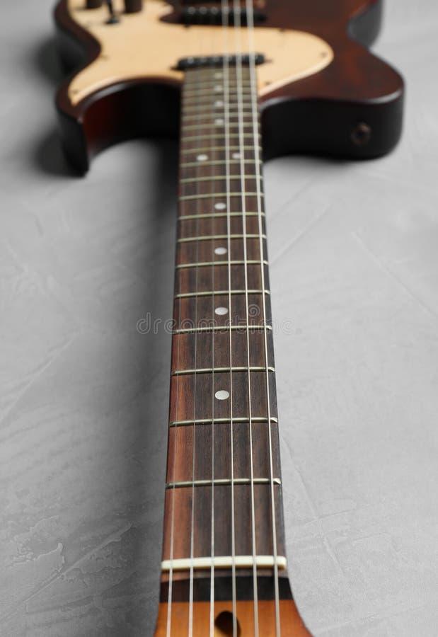 Современная электрическая гитара на предпосылке цвета, шеи со строками стоковое изображение