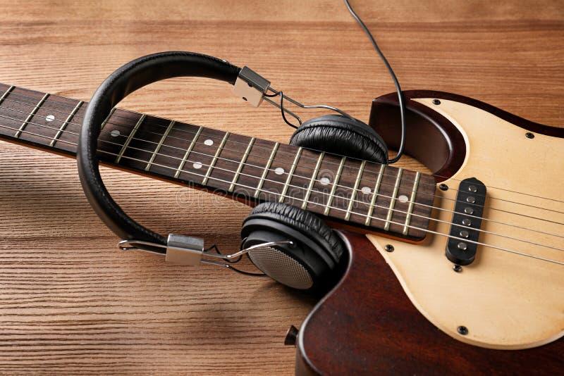 Современная электрическая гитара с наушниками стоковое фото