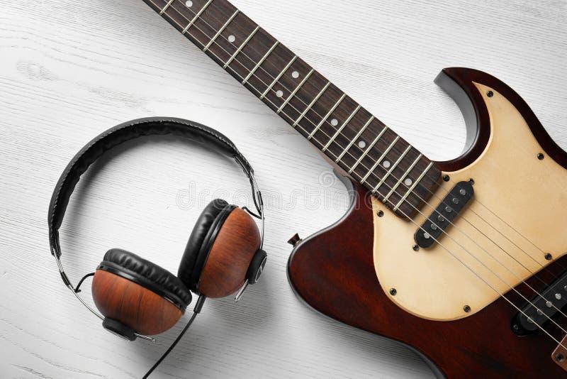 Современная электрическая гитара с наушниками стоковые фотографии rf