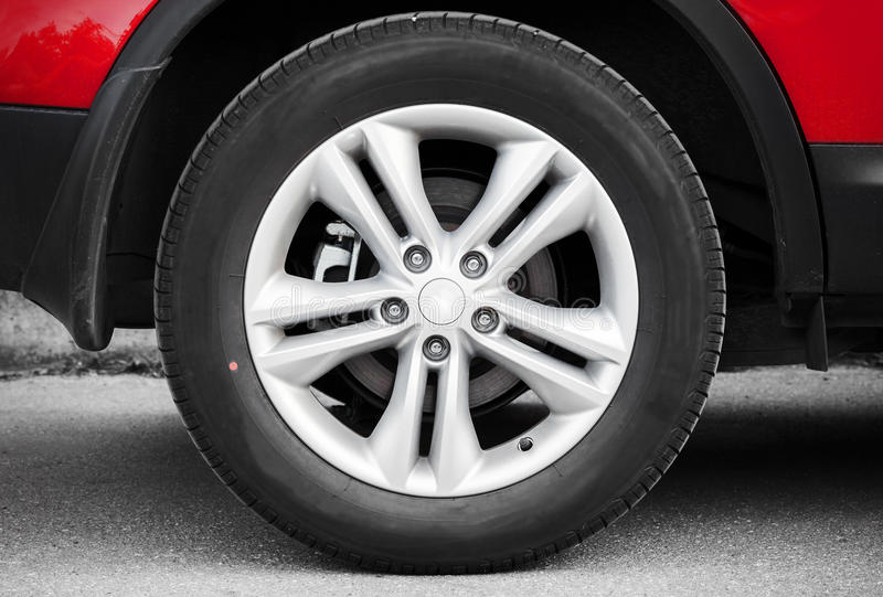 Download Современное автомобильное колесо Стоковое Фото - изображение насчитывающей металл, оправа: 41657294