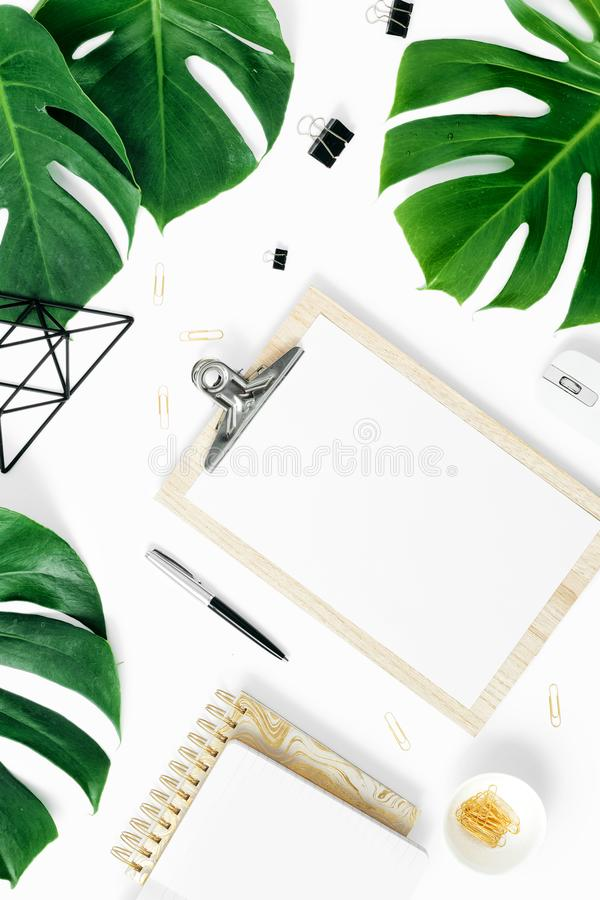 Современное белое monstera доски сзажимом для бумаги таблицы стола офиса выходит аксессуарам плоский положенный взгляд сверху стоковые фотографии rf