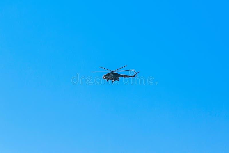 Современное военное летание вертолета в небе стоковые фото