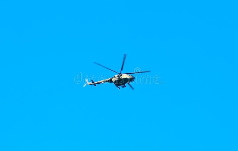 Современное военное летание вертолета в сини стоковое фото