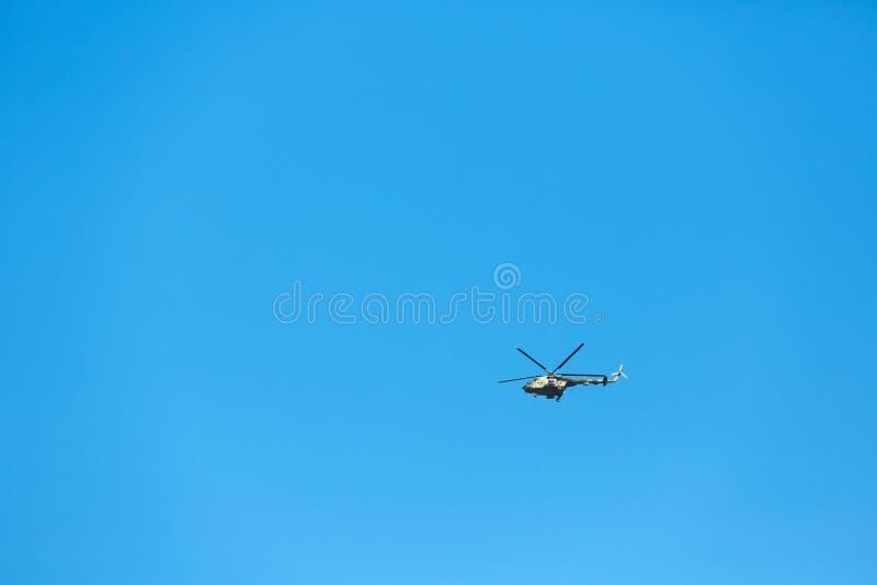Современное военное летание вертолета в сини стоковое фото rf