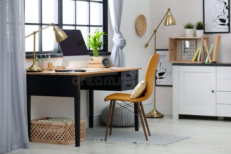 Современное домашнее рабочее место с деревянными клетями стоковая фотография rf