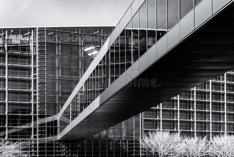 Современное здание от стали и стекла, огораживает ультракрасный взгляд стоковое фото