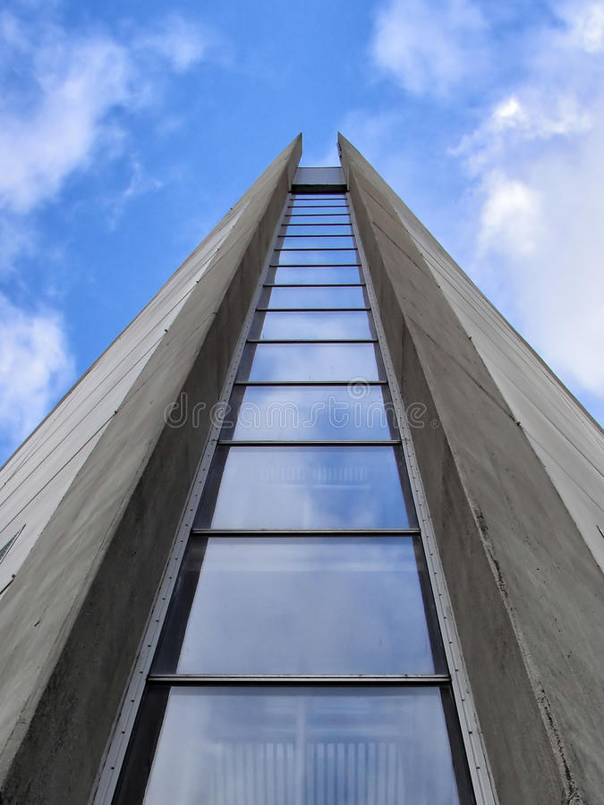 Современное здание клоня к небу стоковые фотографии rf