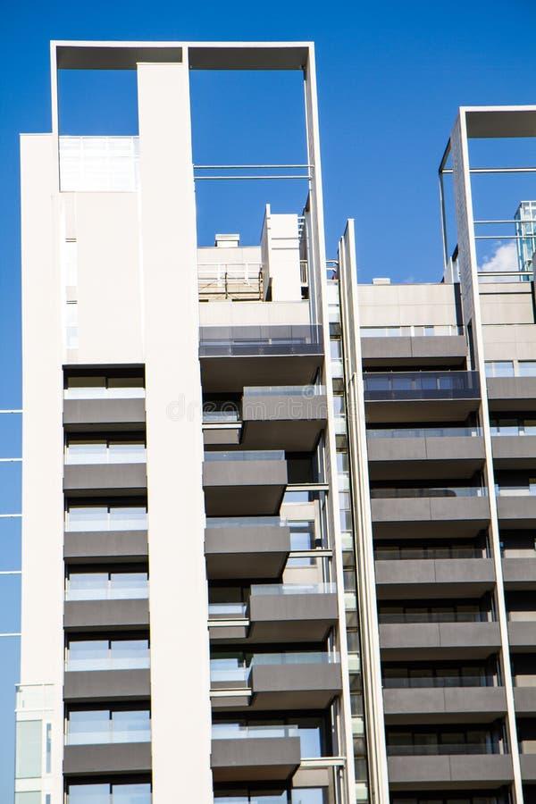 Современное здание под конструкцией с архитектурноакустическое геометрическим стоковое изображение rf