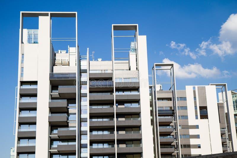 Современное здание под конструкцией с архитектурноакустическое геометрическим стоковое фото rf