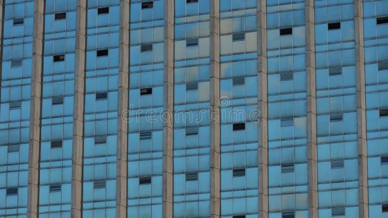 Современное здание с стеклянными окнами отразило небо стоковое фото rf