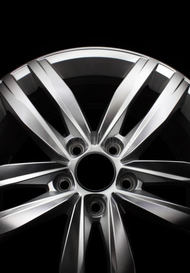 Современное колесо автомобиля легированной стали стоковые изображения rf