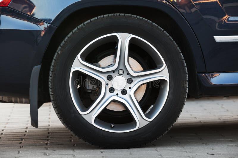 Современное колесо автомобиля на диске светлого сплава, крупном плане стоковое изображение rf