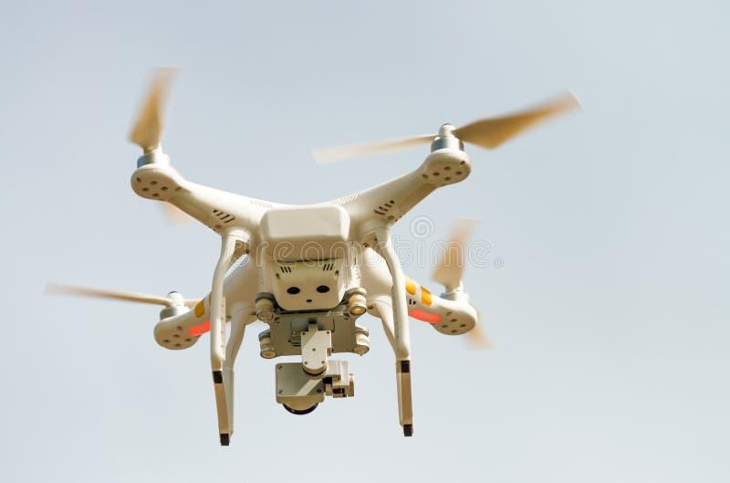 Современное летание трутня в воздухе стоковое изображение rf