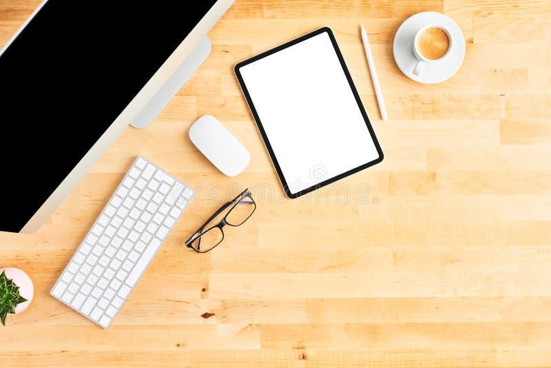 Современное место для работы с большими настольным компьютером и планшетом на деревянном столе офиса стоковое изображение rf