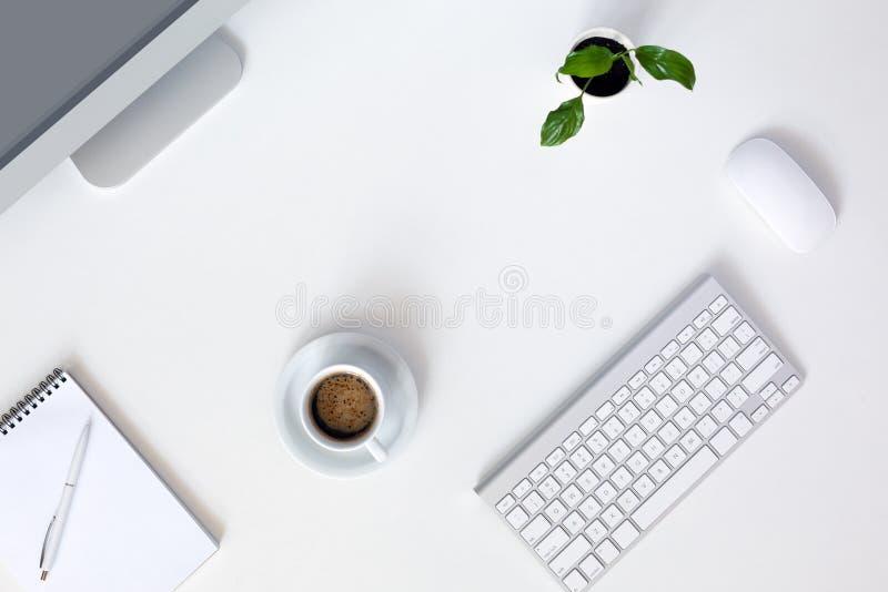 Современное место службы дизайнера на белой таблице офиса стоковое изображение rf