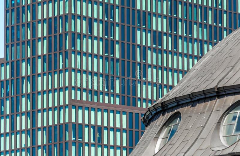 Современное новое офисное здание в Гамбург-Altona за историческими зданиями ¼ Landungsbrà cken в порте Гамбурга стоковые изображения