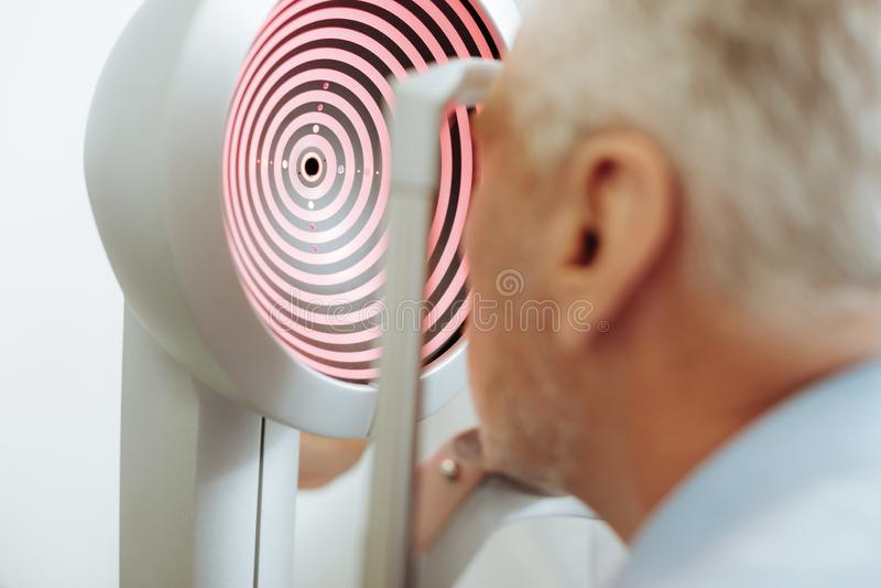 Современное оборудование для положения анализа видимости глаза в светлой комнате стоковая фотография rf