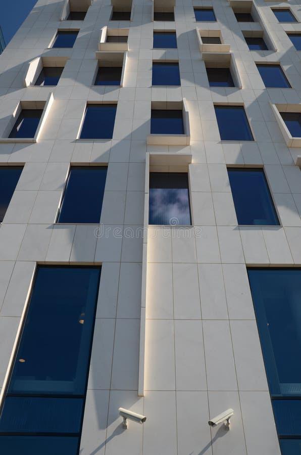 Современное офисное здание архитектуры с белыми панелями и 2 камерами слежения стоковое фото