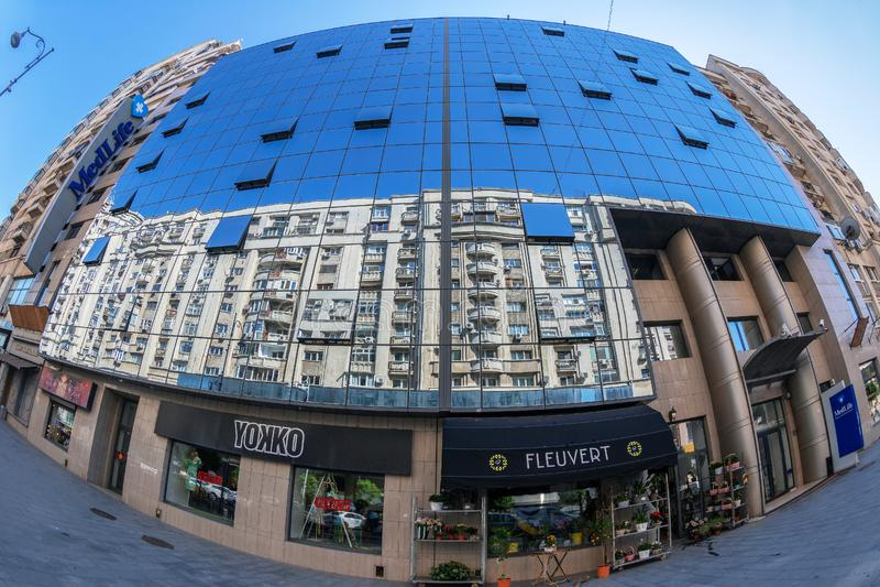 Современное офисное здание в Бухаресте, Румынии стоковые изображения