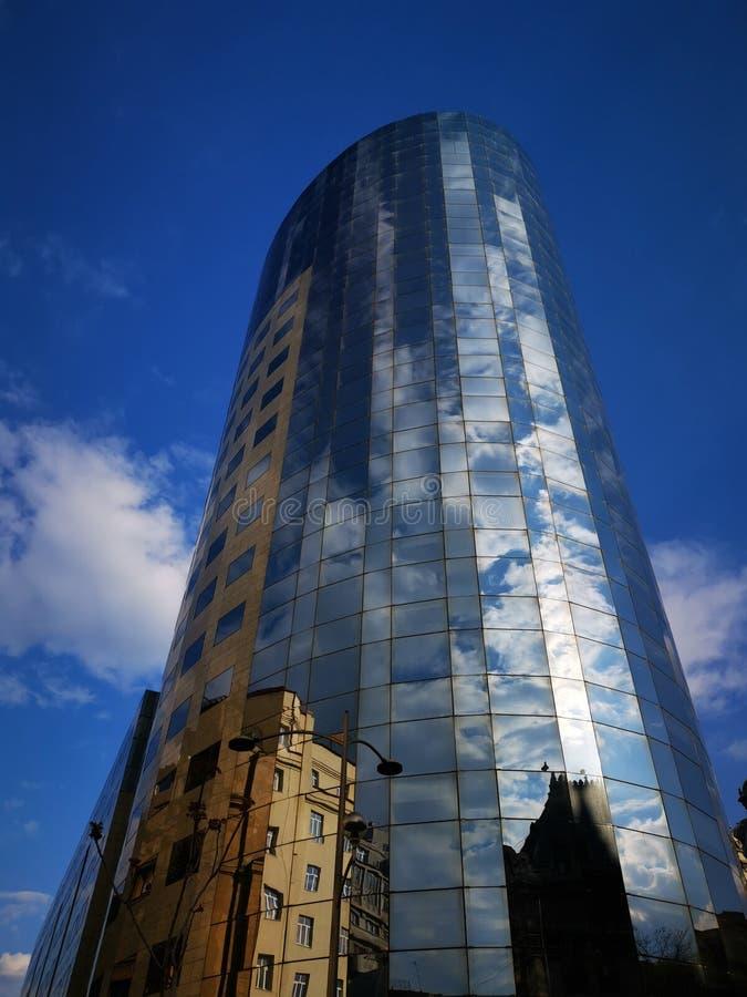 Современное офисное здание - здания отражения в окнах стоковая фотография rf