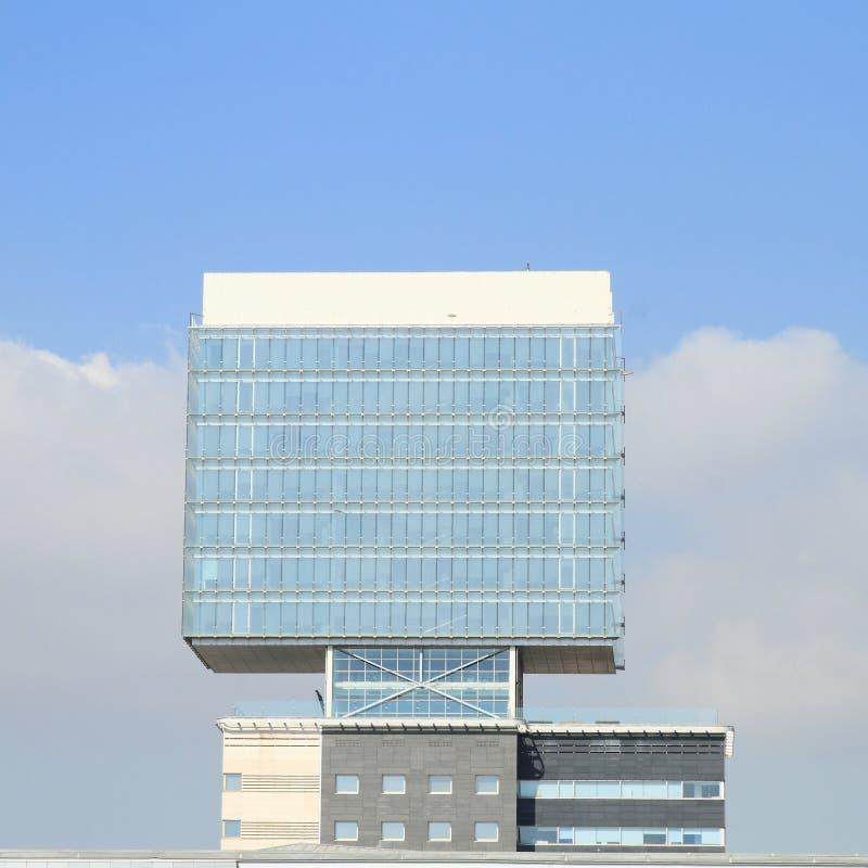 Современное офисное здание - куб стоковое изображение rf