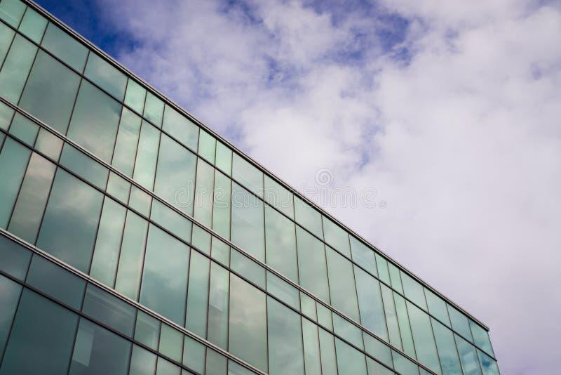 Download Современное офисное здание стиля с голубым небом и облаком на заднем плане Стоковое Фото - изображение насчитывающей конспектов, мирно: 81802120