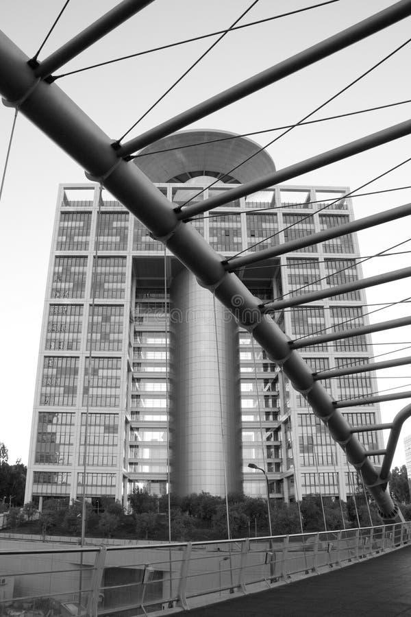 Download Современное офисное здание с пешеходным мостом в Тель-Авив. Мол Azriely, Редакционное Фото - изображение насчитывающей современно, конспектов: 33728241