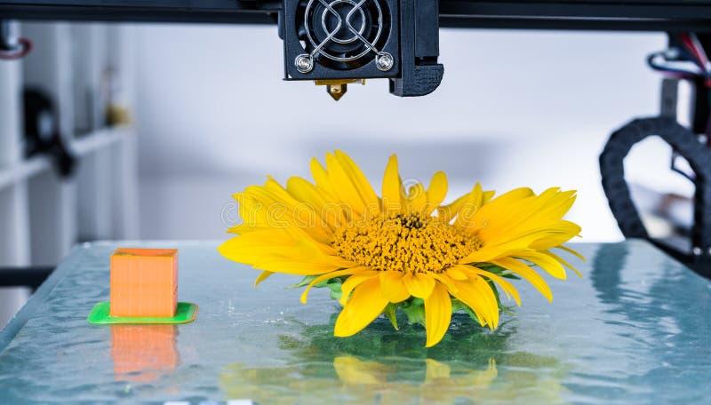 Современное печатание 3d механизм принтера 3d работая во время процессов стоковые фотографии rf