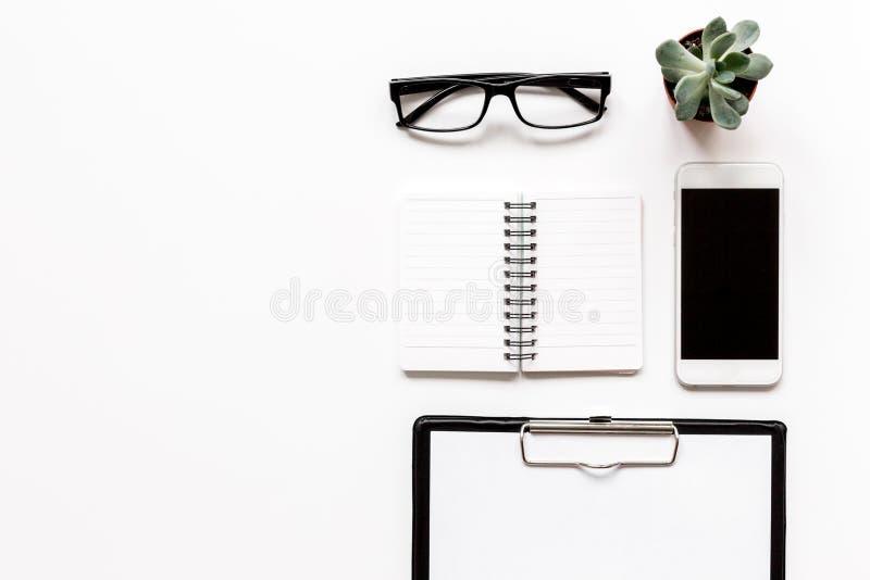 Современное плоское положение с деталями офиса на белом модель-макете взгляд сверху предпосылки стола стоковые фотографии rf