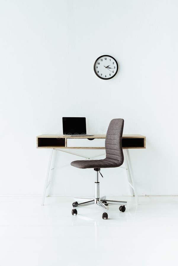 современное рабочее место с компьтер-книжкой и, который катят стулом стоковые изображения
