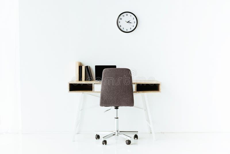 современное рабочее место с компьтер-книжкой и, который катят стулом перед стоковые фотографии rf