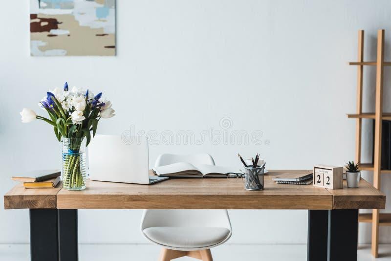 Современное рабочее место с компьтер-книжкой на деревянном столе стоковые изображения rf