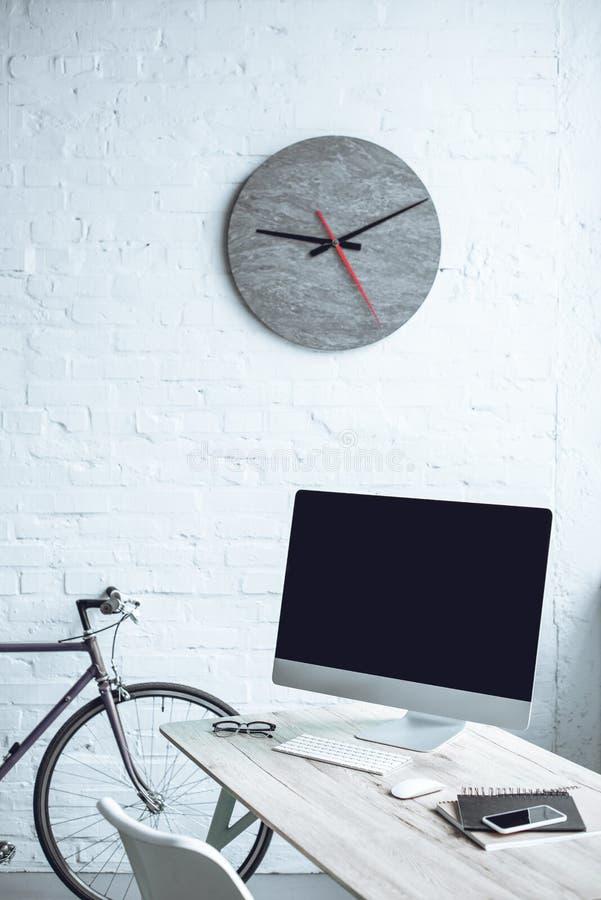 современное рабочее место с настольным компьютером стоковые фото