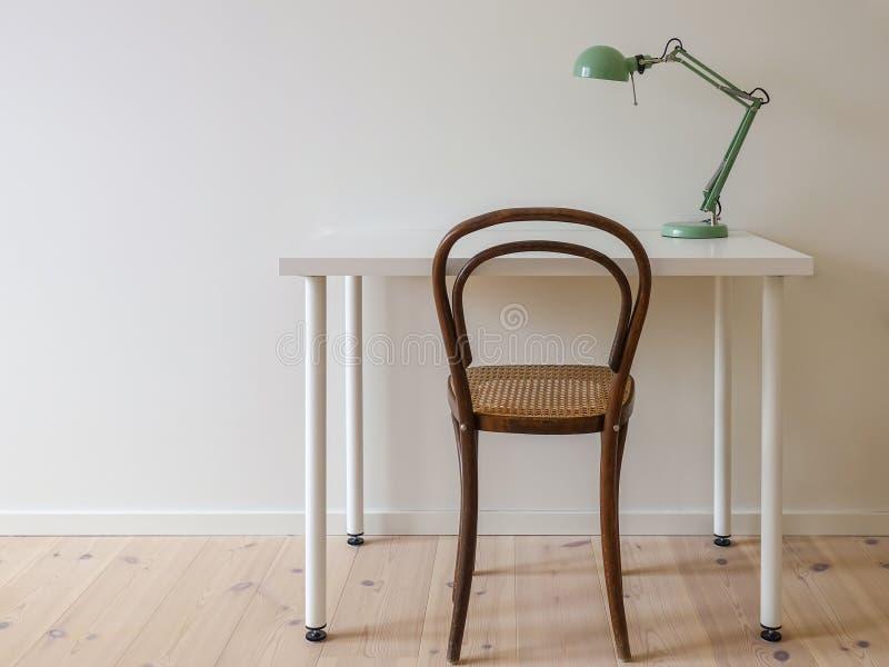 Современное ретро минималистское место для работы в простой комнате домашнего офиса стоковые фотографии rf