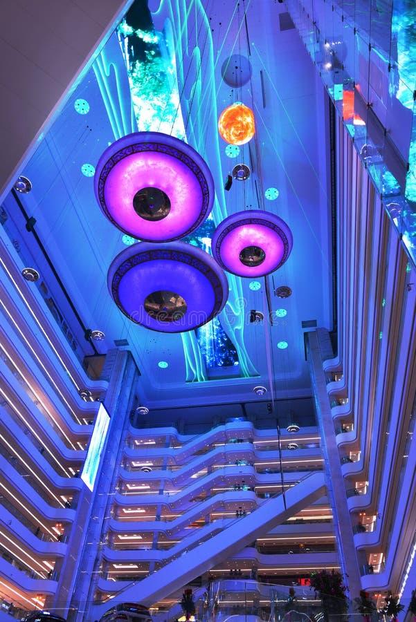 Современное СИД освещая коммерчески интерьер площади современного офисного здания, современной залы организации бизнеса, внутренн стоковое фото