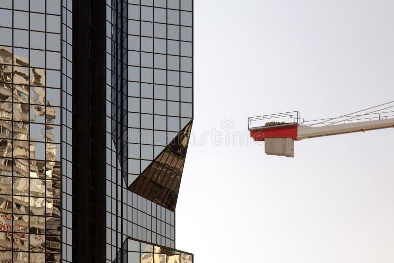 Современное стеклянное здание и отражение исторического здания и крана стоковая фотография rf